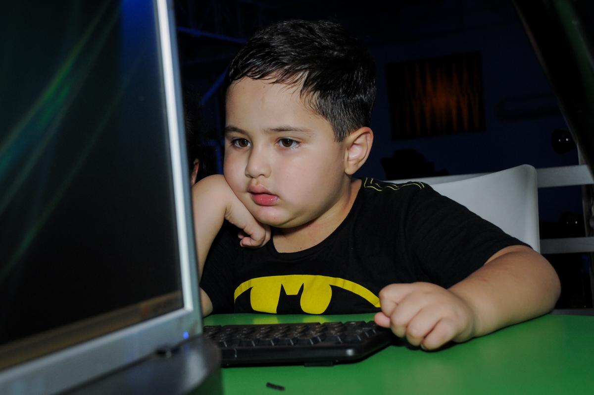 carinha de preoupado com o game no Buffet Fábrica da Alegria, festa Infantil, aniversário de Gregório 5 anos, tema da festa Batman