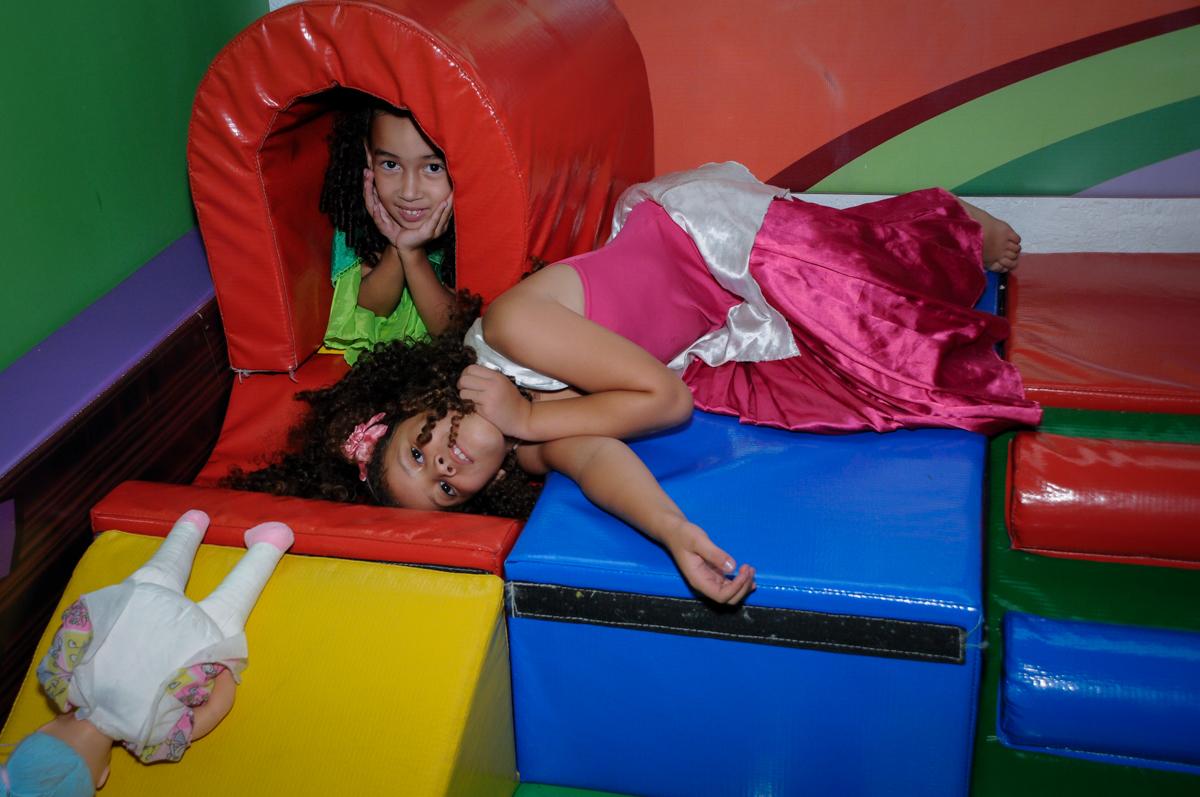 brincando na área baby no Buffet Fábrica da Alegria, festa Infantil, aniversário de Gregório 5 anos, tema da festa Batman