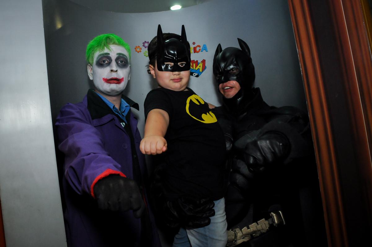 brincando com o batman no Buffet Fábrica da Alegria, festa Infantil, aniversário de Gregório 5 anos, tema da festa Batman