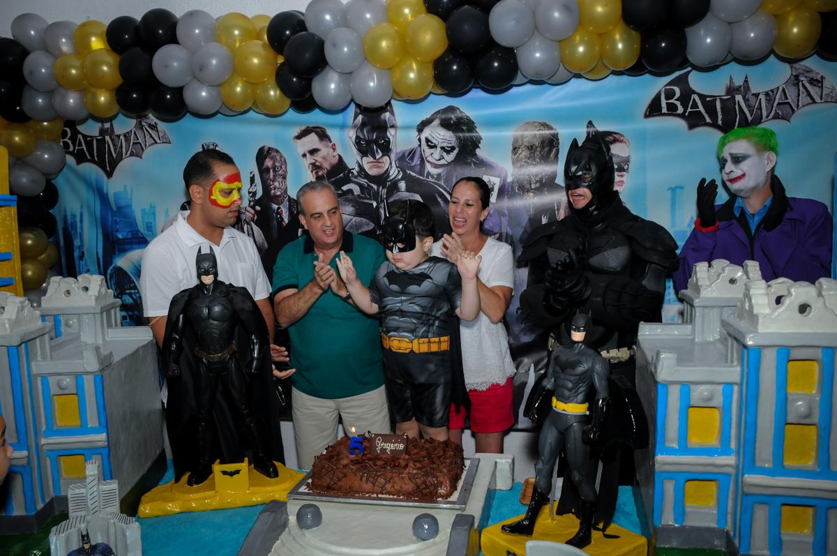 hora de cantar o parabéns no Buffet Fábrica da Alegria, festa Infantil, aniversário de Gregório 5 anos, tema da festa Batman