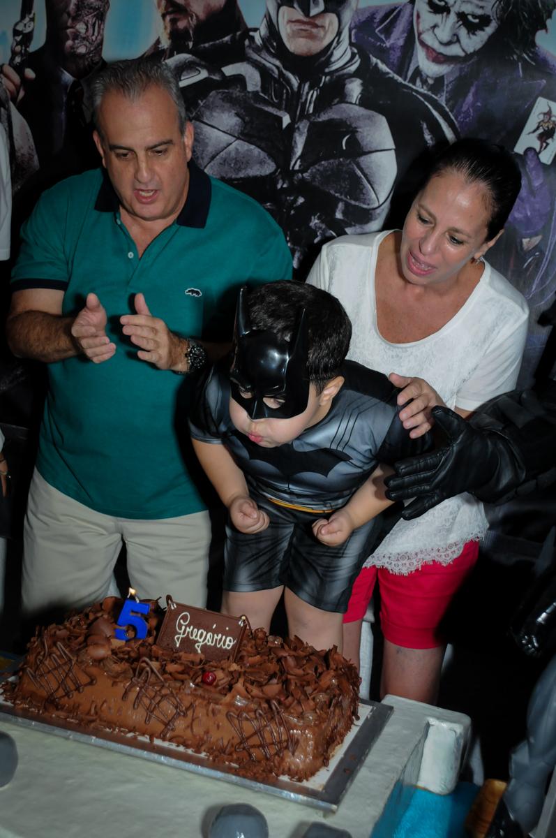 assoprando a vela do bolo no Buffet Fábrica da Alegria, festa Infantil, aniversário de Gregório 5 anos, tema da festa Batman