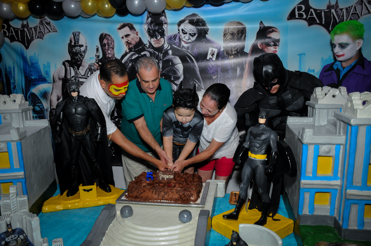 cortando o primeiro pedaço de bolo no Buffet Fábrica da Alegria, festa Infantil, aniversário de Gregório 5 anos, tema da festa Batman