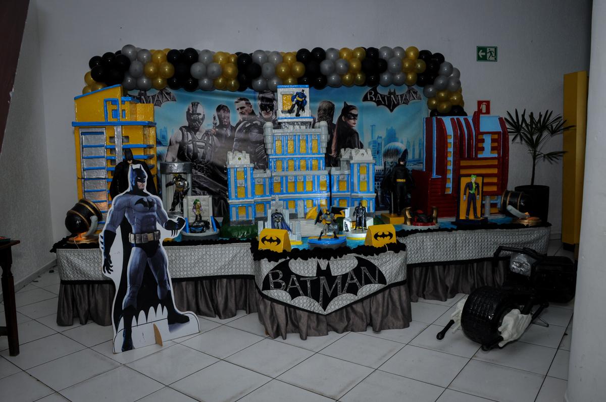 mesa do tema da festa no Buffet Fábrica da Alegria, festa Infantil, aniversário de Gregório 5 anos, tema da festa Batman