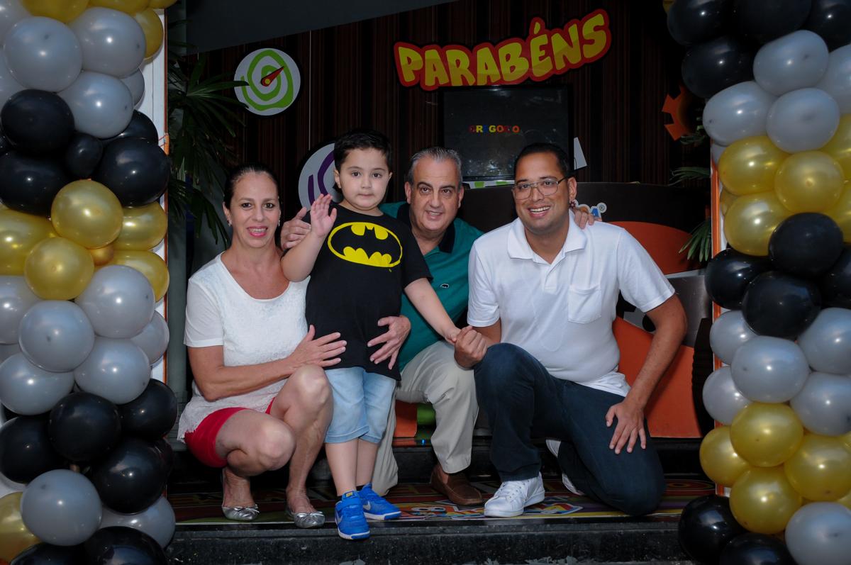 foto da família no Buffet Fábrica da Alegria, festa Infantil, aniversário de Gregório 5 anos, tema da festa Batman