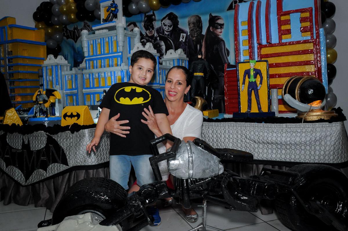 Foto vó e neto no Buffet Fábrica da Alegria, festa Infantil, aniversário de Gregório 5 anos, tema da festa Batman