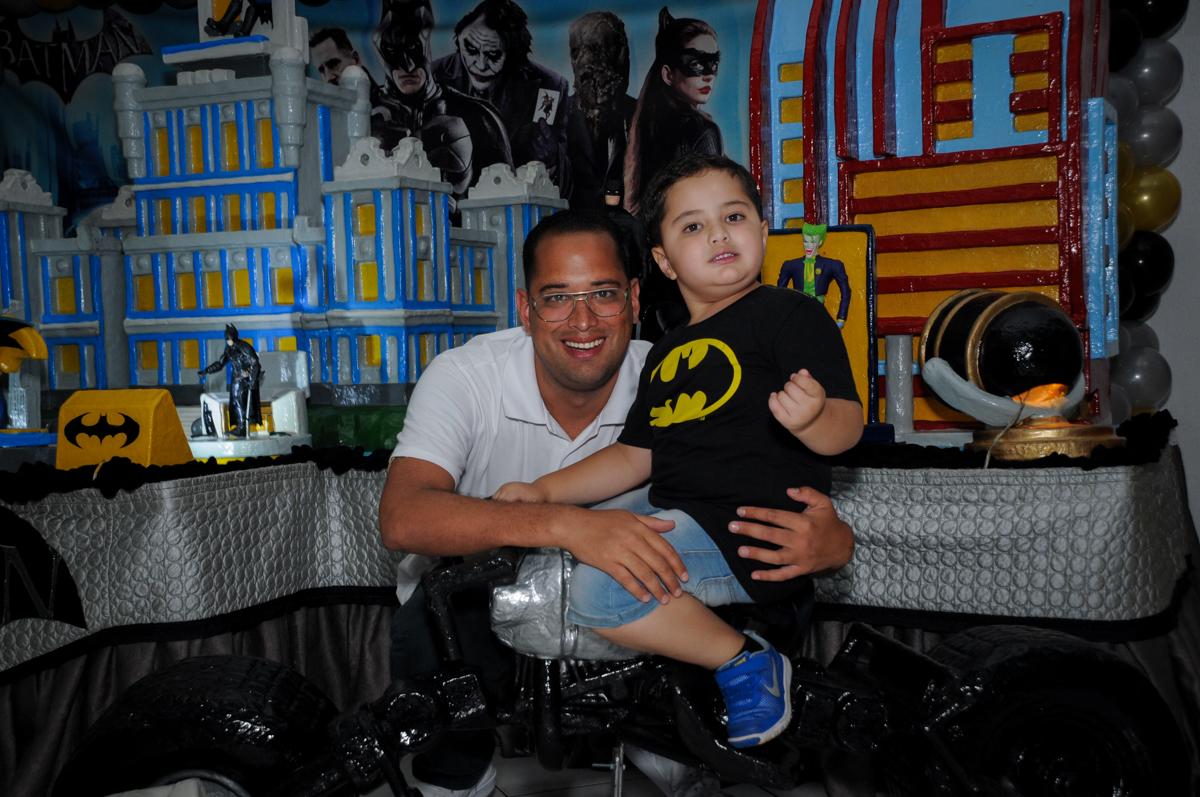 foto pai e filho no Buffet Fábrica da Alegria, festa Infantil, aniversário de Gregório 5 anos, tema da festa Batman