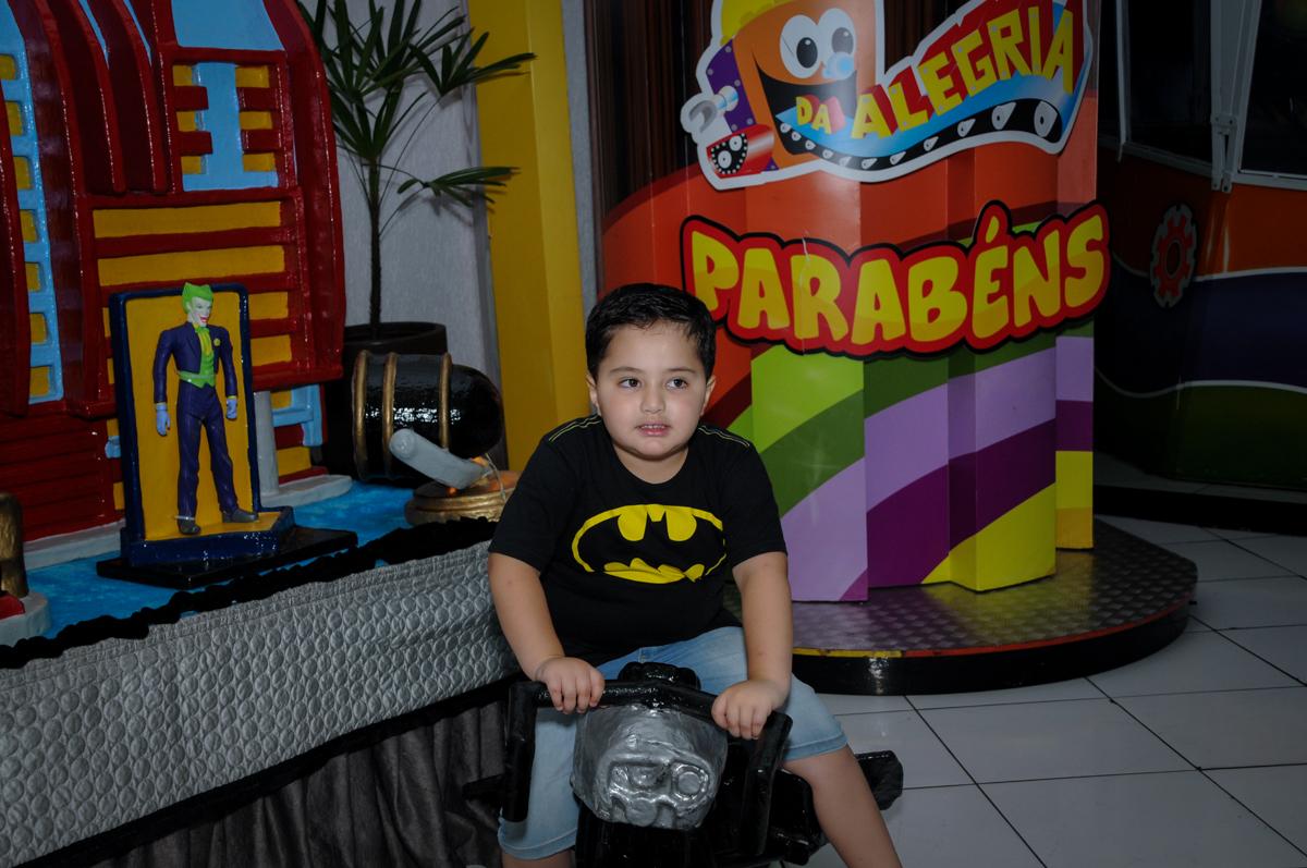 foto do aniversariante no Buffet Fábrica da Alegria, festa Infantil, aniversário de Gregório 5 anos, tema da festa Batman