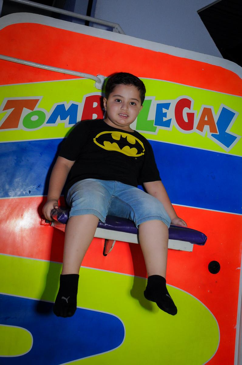 brincando no tombo legal no Buffet Fábrica da Alegria, festa Infantil, aniversário de Gregório 5 anos, tema da festa Batman