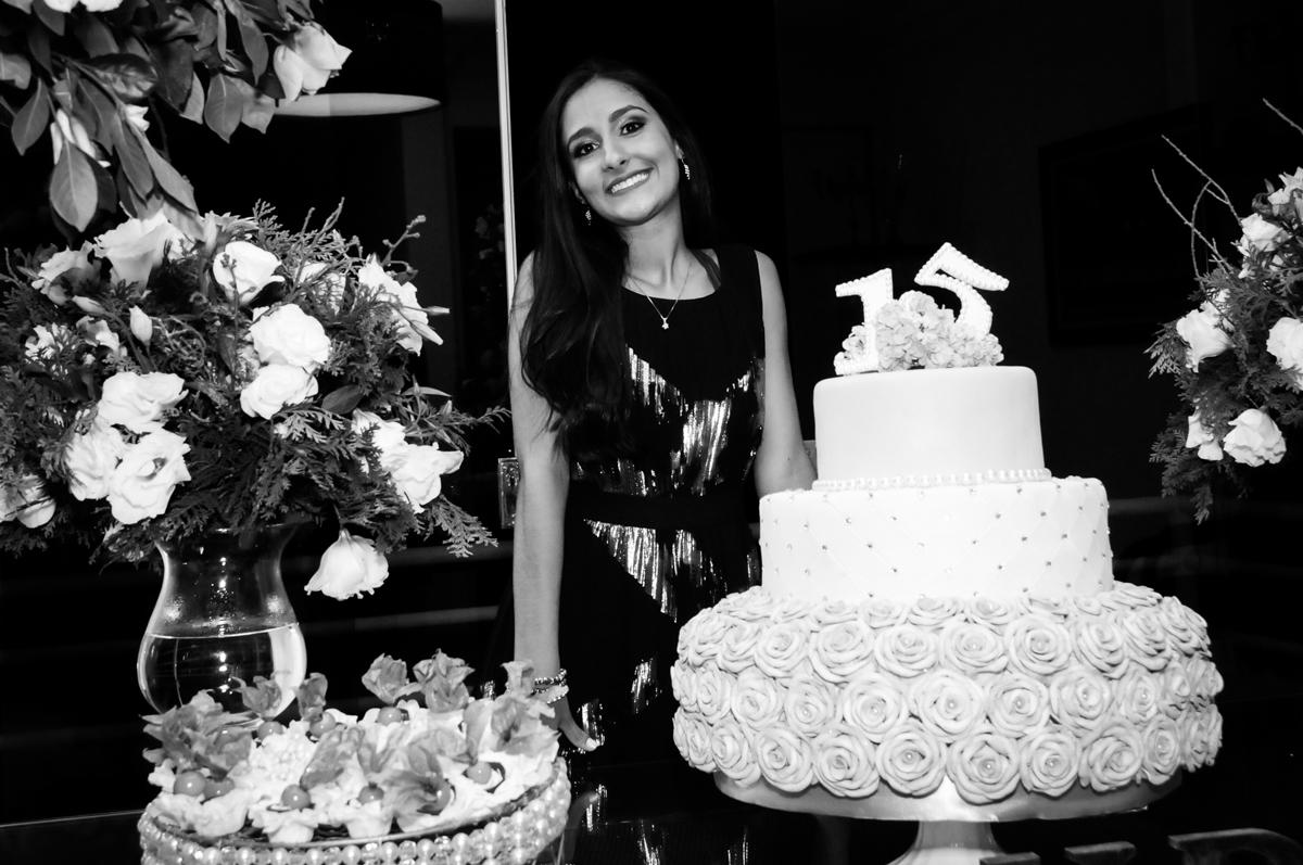 fotografia da aniversariante na mesa do bolo no Condomínio Alphaville, festa 15 anos Maria Eduard 15 anos