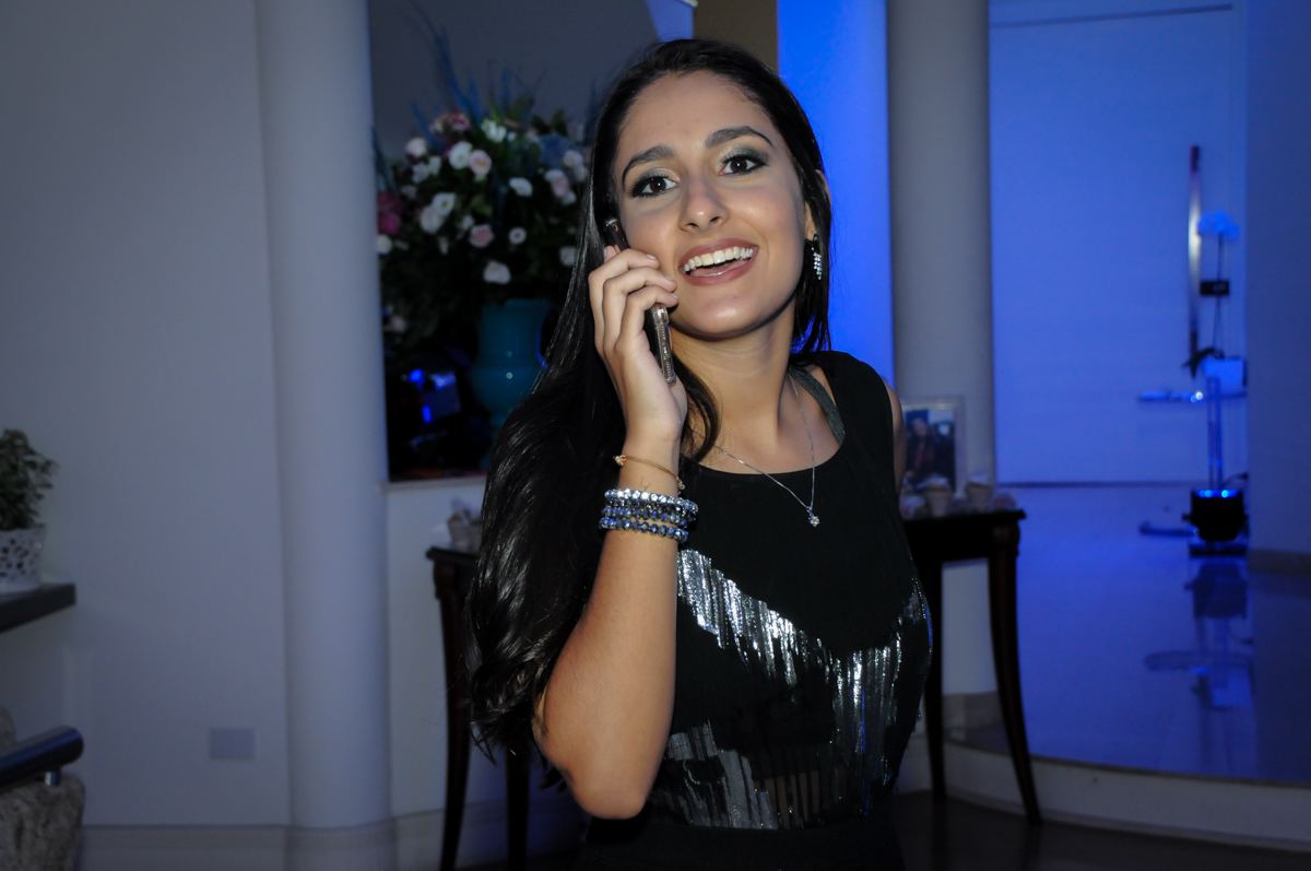 aniversariante fala ao telefone no Condomínio Alphaville, festa 15 anos Maria Eduard 15 anos