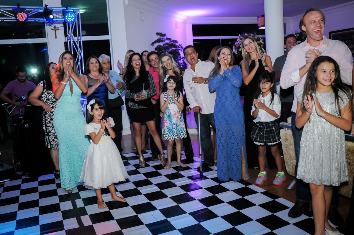 Os convidados recebem a aniversariante no Condomínio Alphaville, festa 15 anos Maria Eduard 15 anos