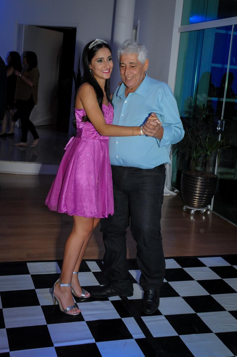 vez de dançar com o avô no Condomínio Alphaville, festa 15 anos Maria Eduard 15 anos