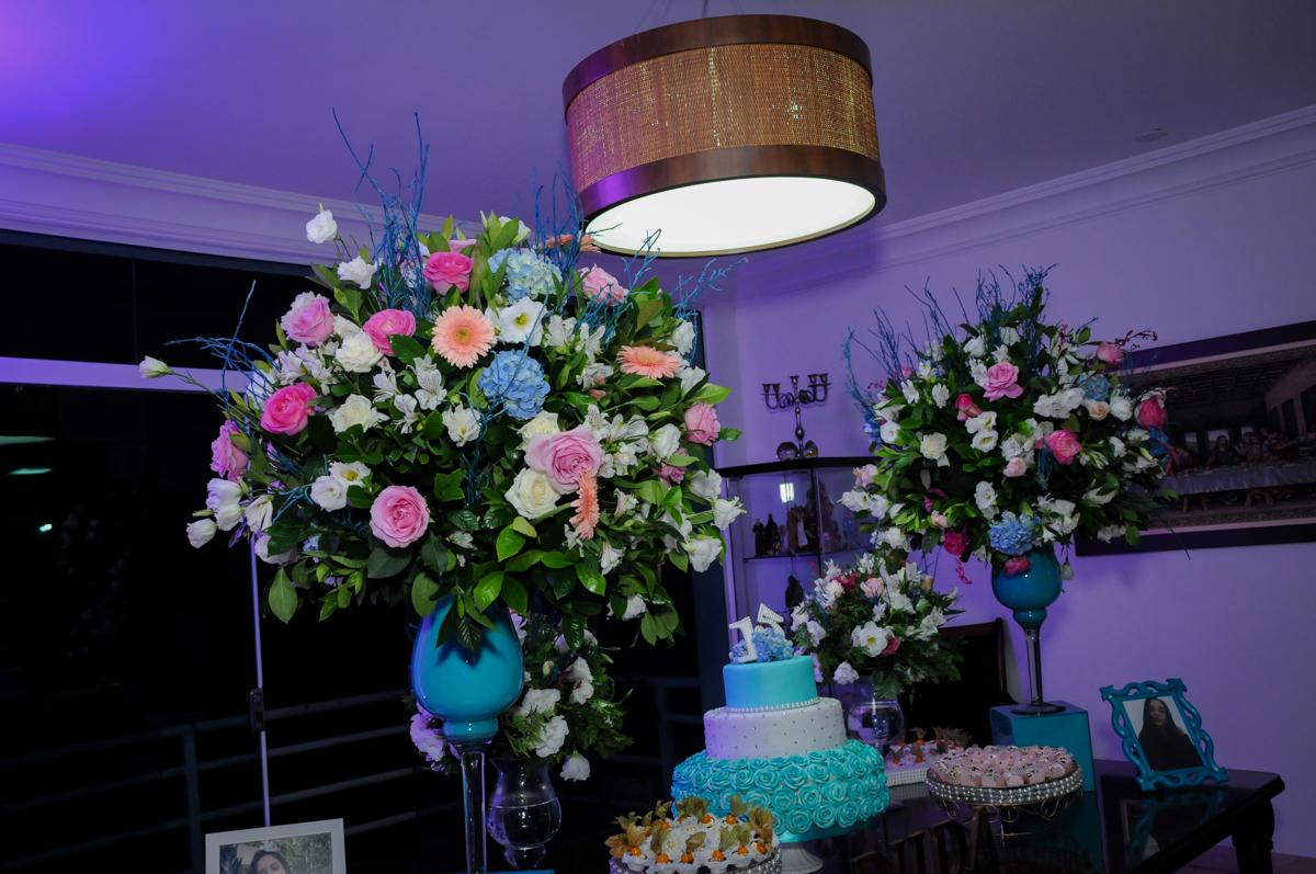 decoração com flores no Condomínio Alphaville, festa 15 anos Maria Eduard 15 anos