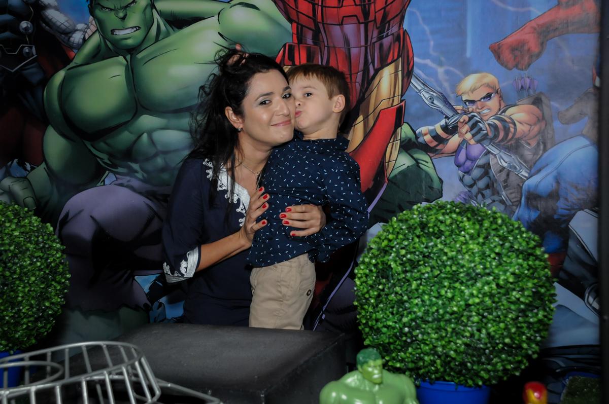 mamãe ganha beijinho no Buffet Fábrica da Alegria, Osasco,SP, festa infantil, tema os vingadores, Lucas 5 anos
