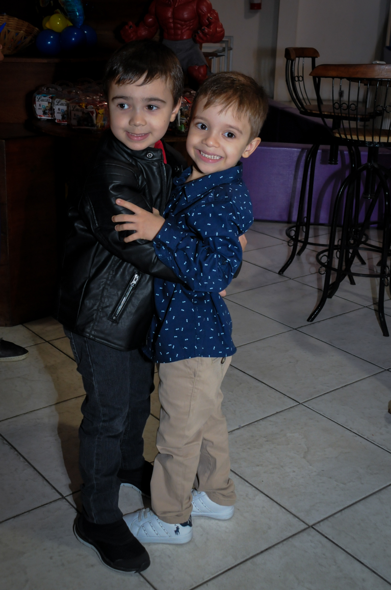 Recebendo o amigo em sua festa no Buffet Fábrica da Alegria, Osasco,SP, festa infantil, tema os vingadores, Lucas 5 anos