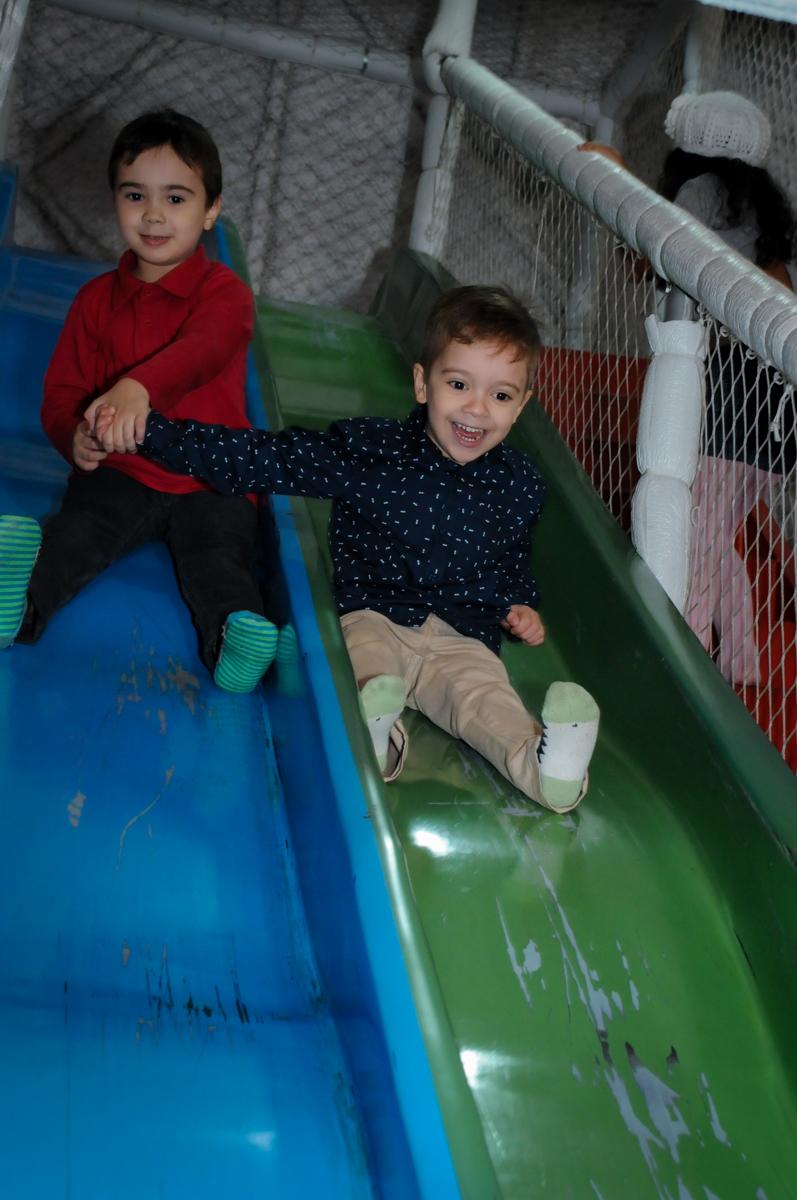 aniversariante e o amigo brincam no escorregador no Buffet Fábrica da Alegria, Osasco,SP, festa infantil, tema os vingadores, Lucas 5 anos