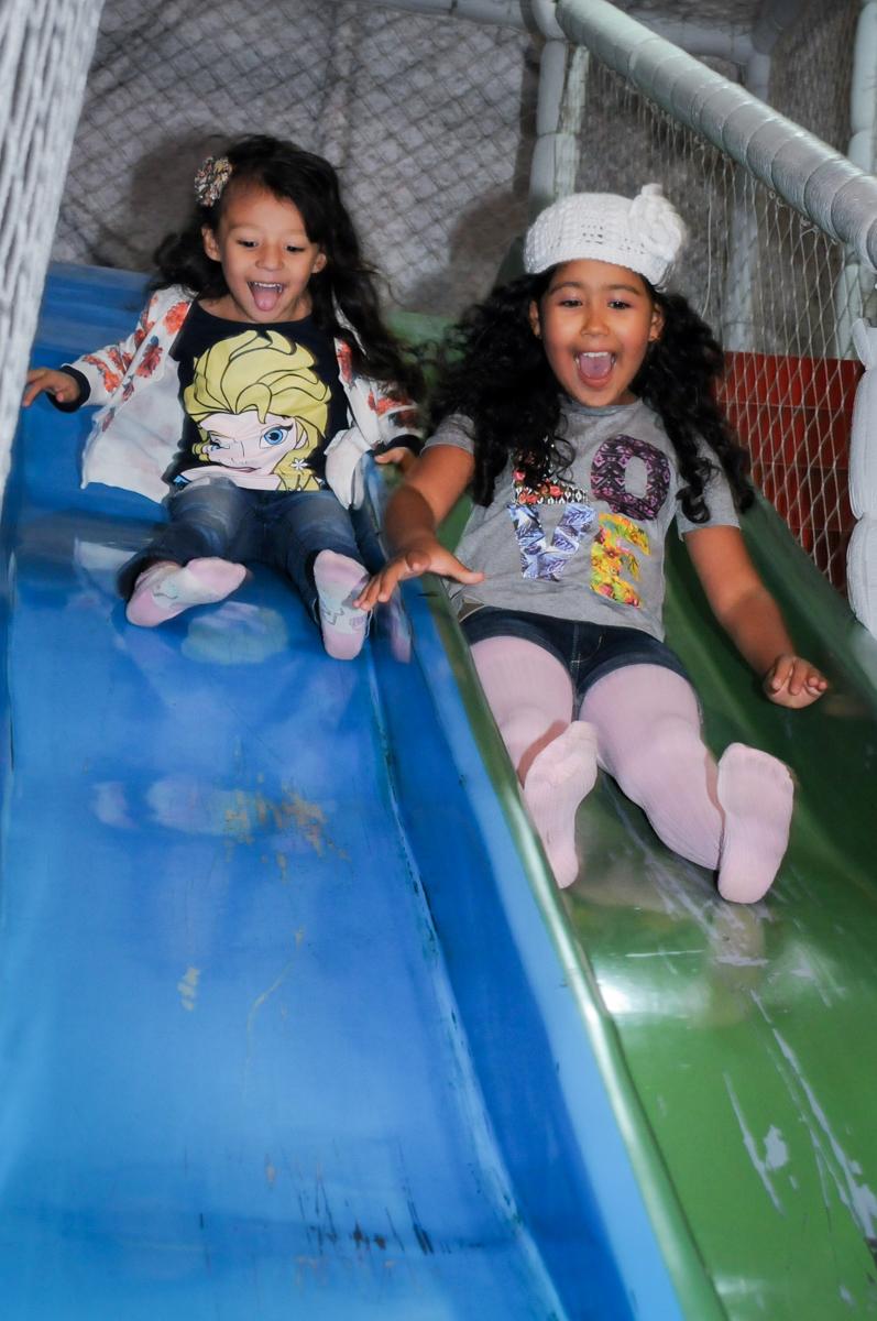 escorregador disputado no Buffet Fábrica da Alegria, Osasco,SP, festa infantil, tema os vingadores, Lucas 5 anos