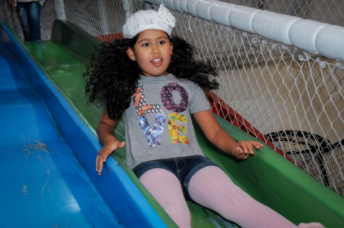amiguinha também brinca no corregador no Buffet Fábrica da Alegria, Osasco,SP, festa infantil, tema os vingadores, Lucas 5 anos