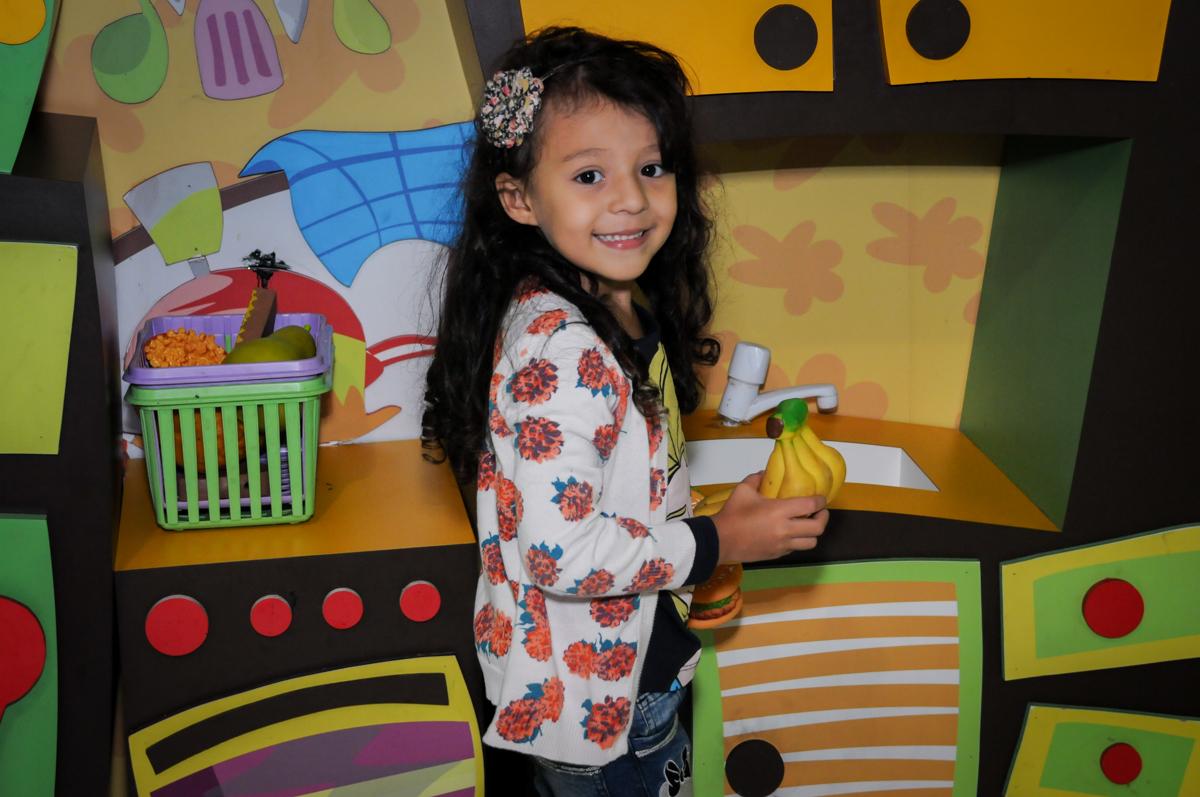 pose para foto no mercadinho do Buffet Fábrica da Alegria, Osasco,SP, festa infantil, tema os vingadores, Lucas 5 anos