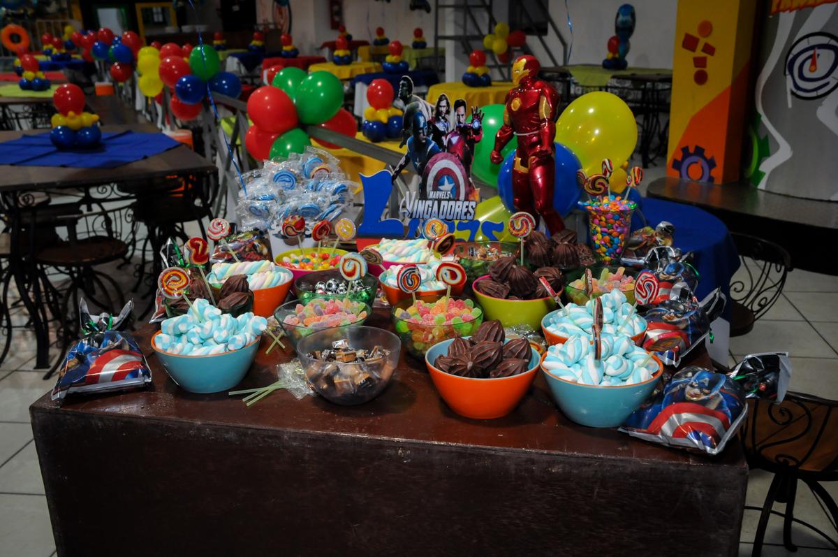 mesa de guloseimas no Buffet Fábrica da Alegria, Osasco,SP, festa infantil, tema os vingadores, Lucas 5 anos