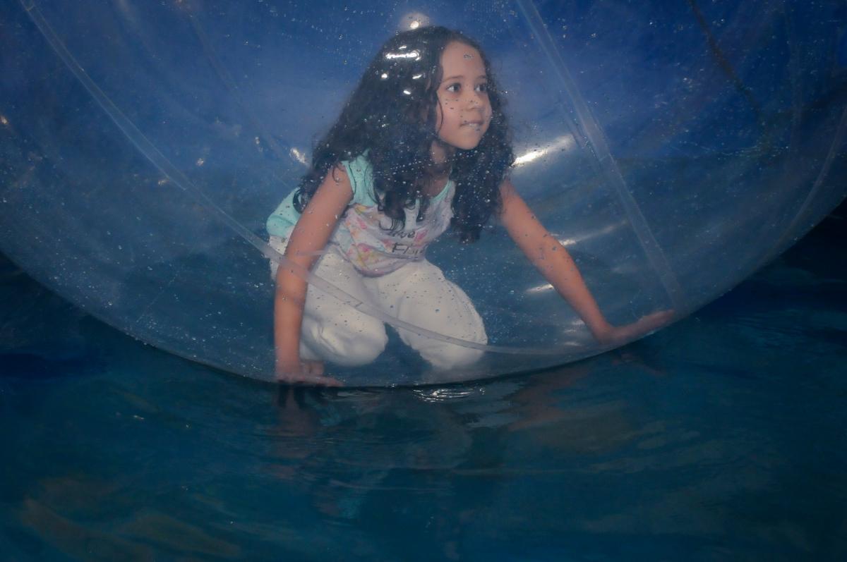 brincando no aquabol no Buffet Fábrica da Alegria, Osasco,SP, festa infantil, tema os vingadores, Lucas 5 anos