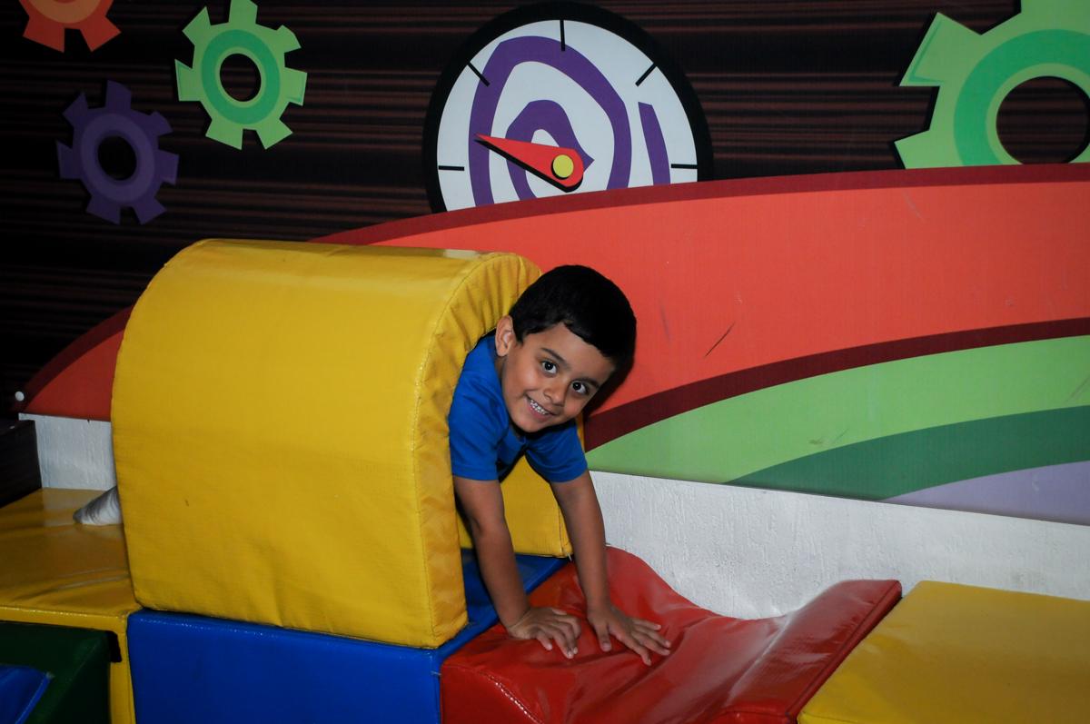 A brincadeira agora é na área baby no Buffet Fábrica da Alegria, Osasco,SP, festa infantil, tema os vingadores, Lucas 5 anos