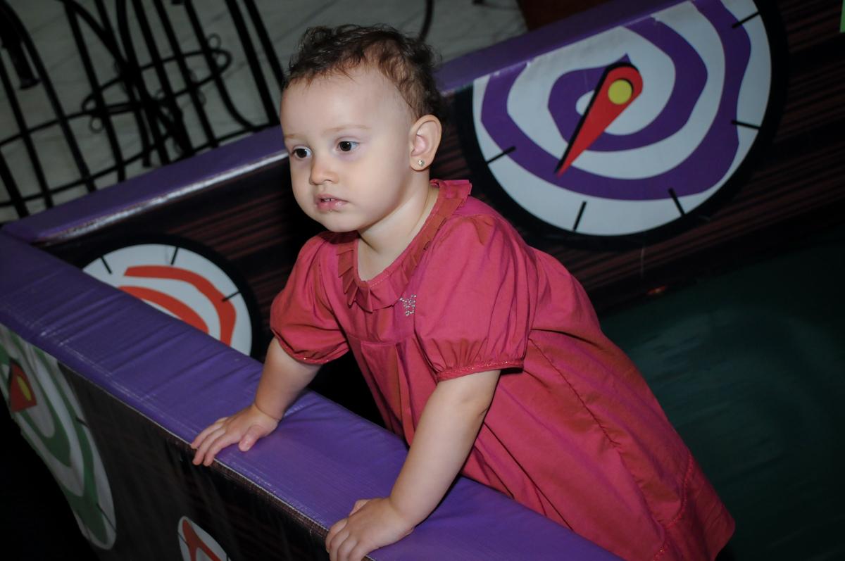 A bebê também se diverte na área baby do Buffet Fábrica da Alegria, Osasco,SP, festa infantil, tema os vingadores, Lucas 5 anos