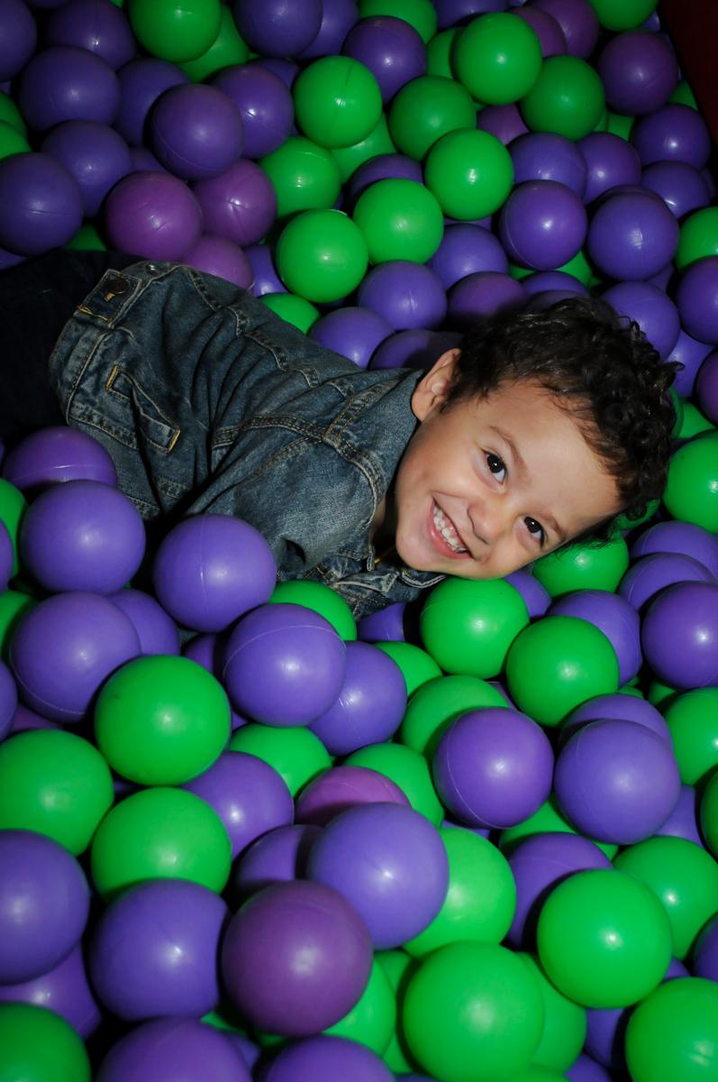 diversão na picina de bolinha no Buffet Fábrica da Alegria, Osasco,SP, festa infantil, tema os vingadores, Lucas 5 anos