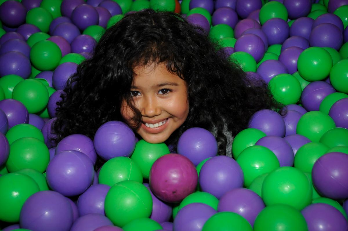 mais uma criança brincando na piscina de bolinha no Buffet Fábrica da Alegria, Osasco,SP, festa infantil, tema os vingadores, Lucas 5 anos