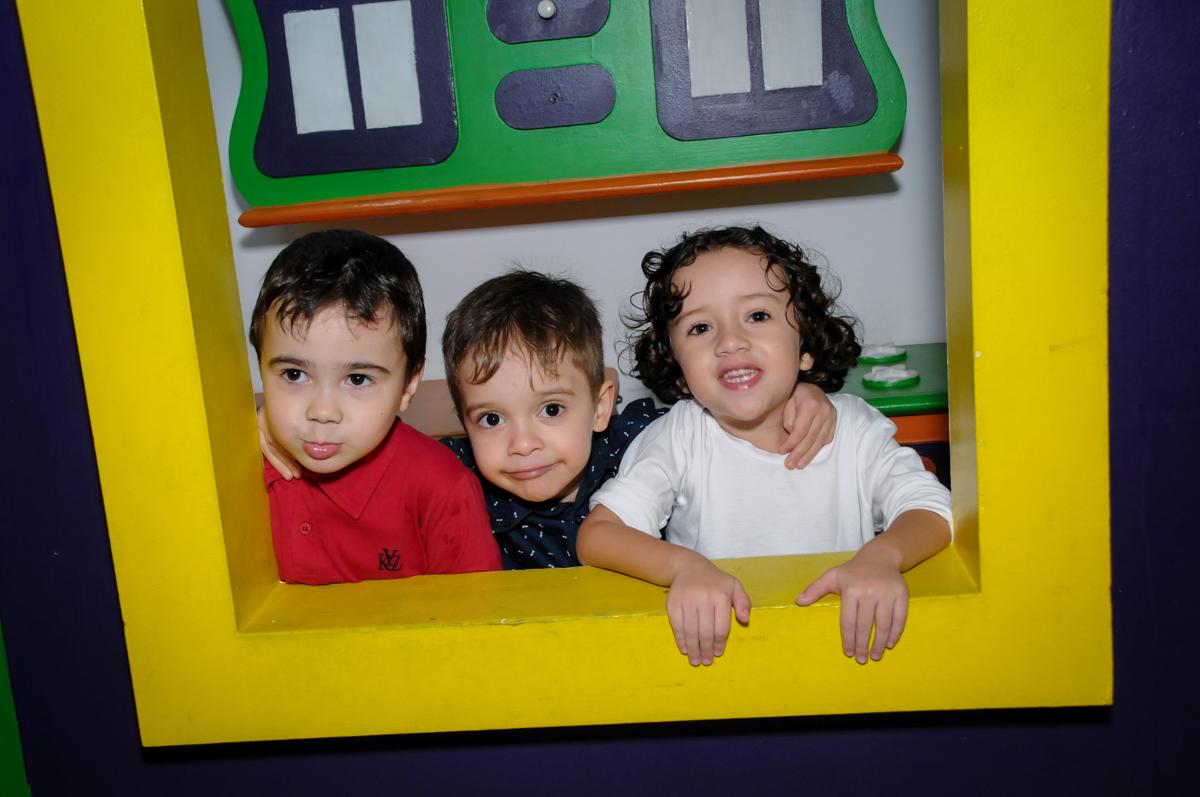 foto divertia na janela da casinha no Buffet Fábrica da Alegria, Osasco,SP, festa infantil, tema os vingadores, Lucas 5 anos