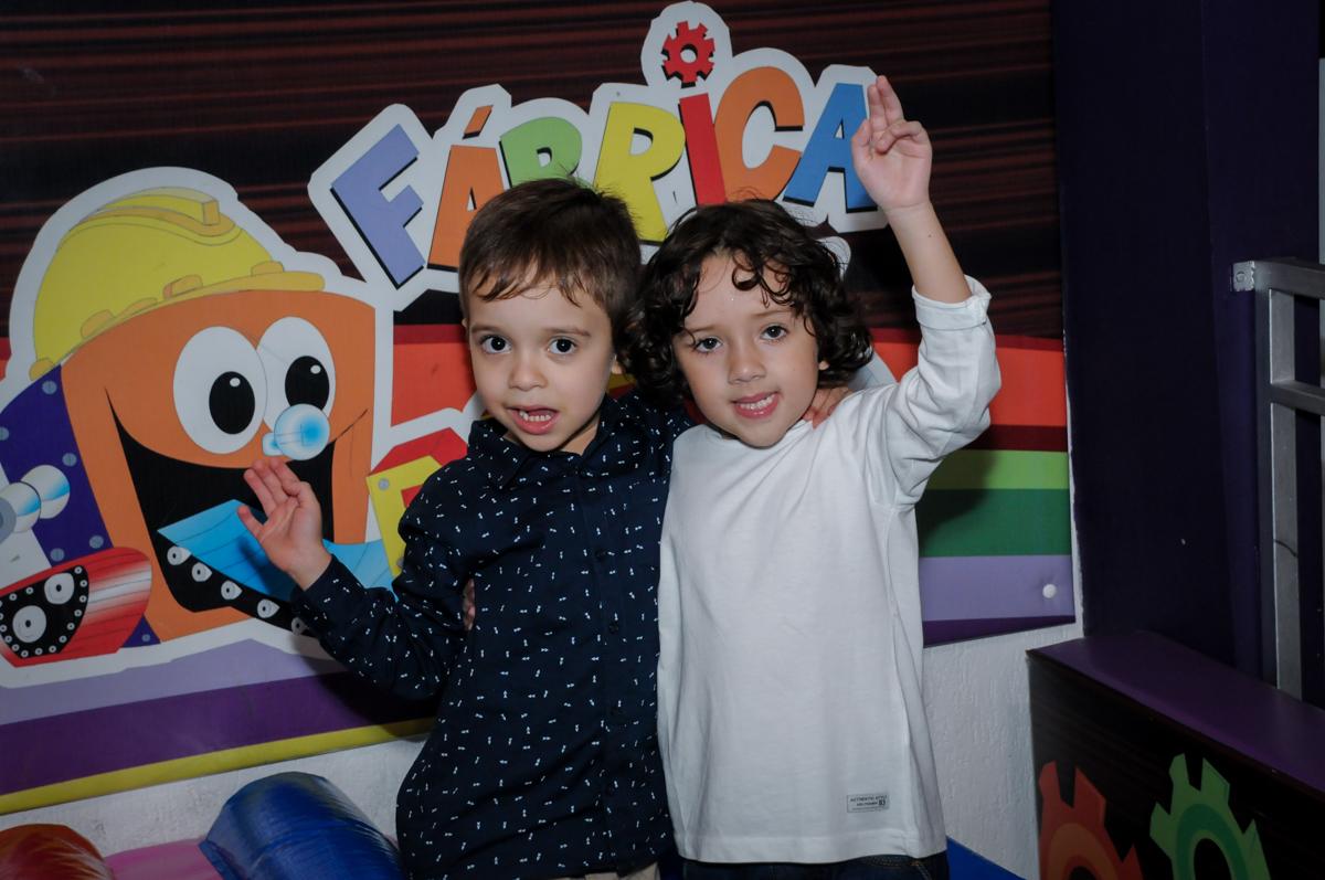 foto com o amigo no Buffet Fábrica da Alegria, Osasco,SP, festa infantil, tema os vingadores, Lucas 5 anos