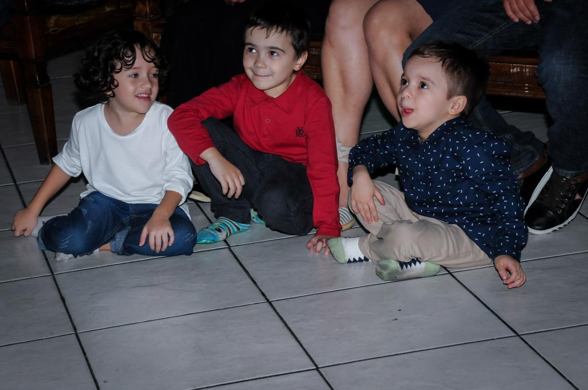 assistindo a retrospectiva no Buffet Fábrica da Alegria, Osasco,SP, festa infantil, tema os vingadores, Lucas 5 anos