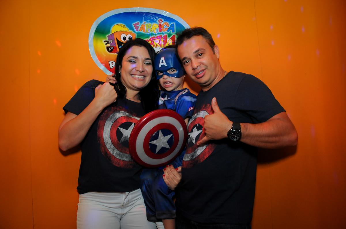 família feliz na hora do parabéns no Buffet Fábrica da Alegria, Osasco,SP, festa infantil, tema os vingadores, Lucas 5 anos