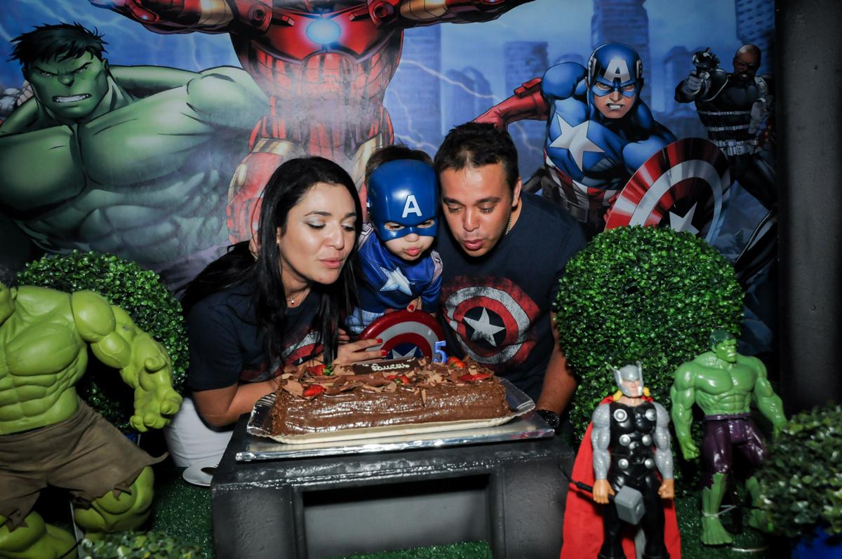 Assoprando a vela do bolo no Buffet Fábrica da Alegria, Osasco,SP, festa infantil, tema os vingadores, Lucas 5 anos
