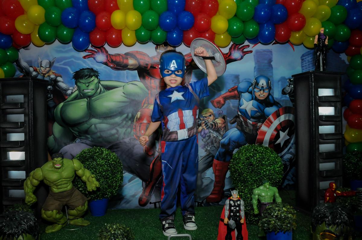 fotografia do aniversariante com a fantazia do homm américa no Buffet Fábrica da Alegria, Osasco,SP, festa infantil, tema os vingadores, Lucas 5 anos