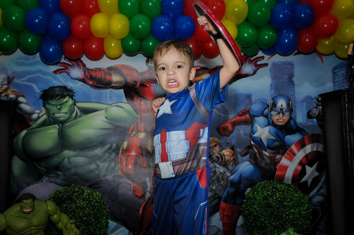aniversariante feliz em sua festa no Buffet Fábrica da Alegria, Osasco,SP, festa infantil, tema os vingadores, Lucas 5 anos