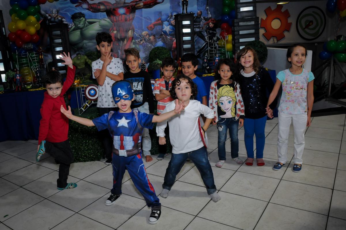 final de festa com fotografia com todos os amigos no Buffet Fábrica da Alegria, Osasco,SP, festa infantil, tema os vingadores, Lucas 5 anos