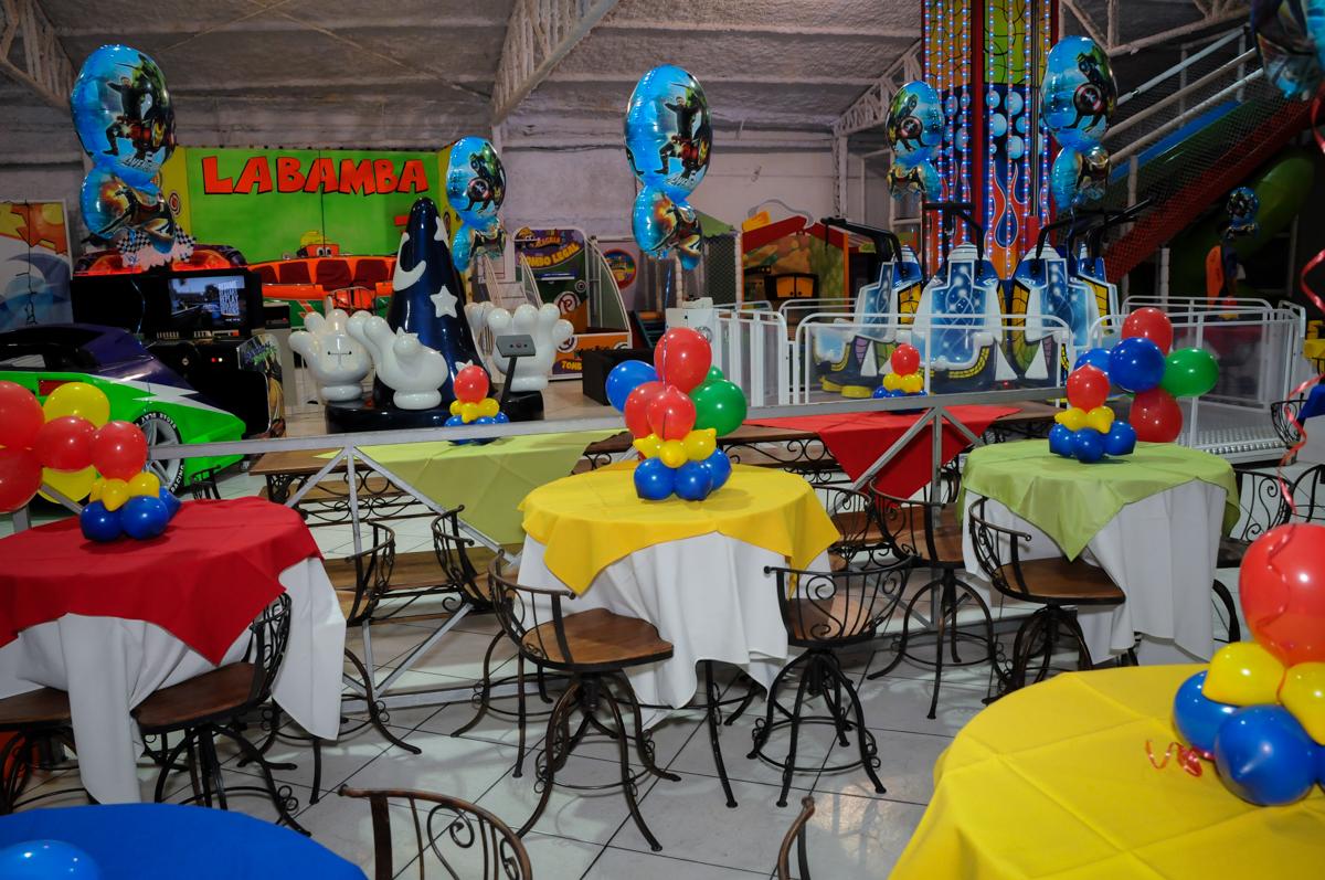 mesas decoradas com bexigas no Buffet Fábrica da Alegria, Osasco,SP, festa infantil, tema os vingadores, Lucas 5 anos
