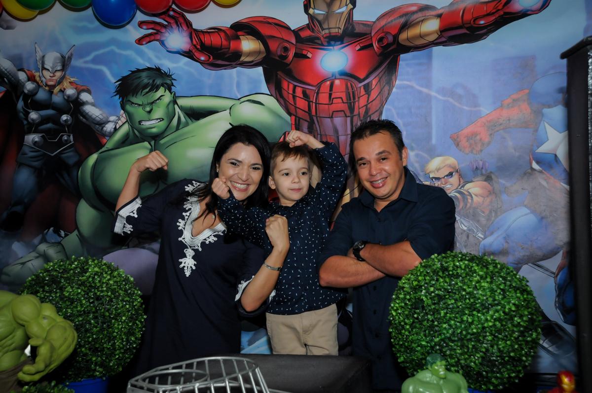 Família posam para as fotos no Buffet Fábrica da Alegria, Osasco,SP, festa infantil, tema os vingadores, Lucas 5 anos