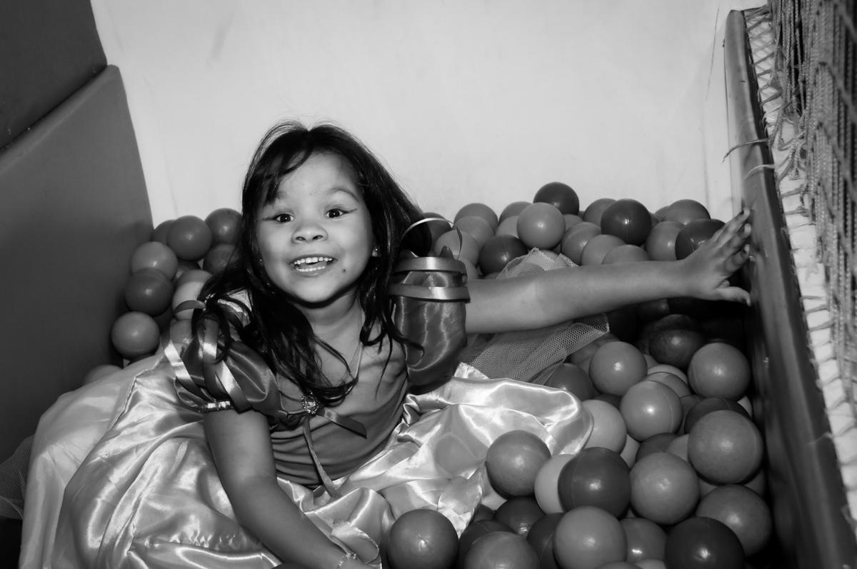 mergulho na pscina de bolinha na Festa Raquel 5 anos no Buffet Balakatoon, Jabaquara, SP, tema da festa Monster High