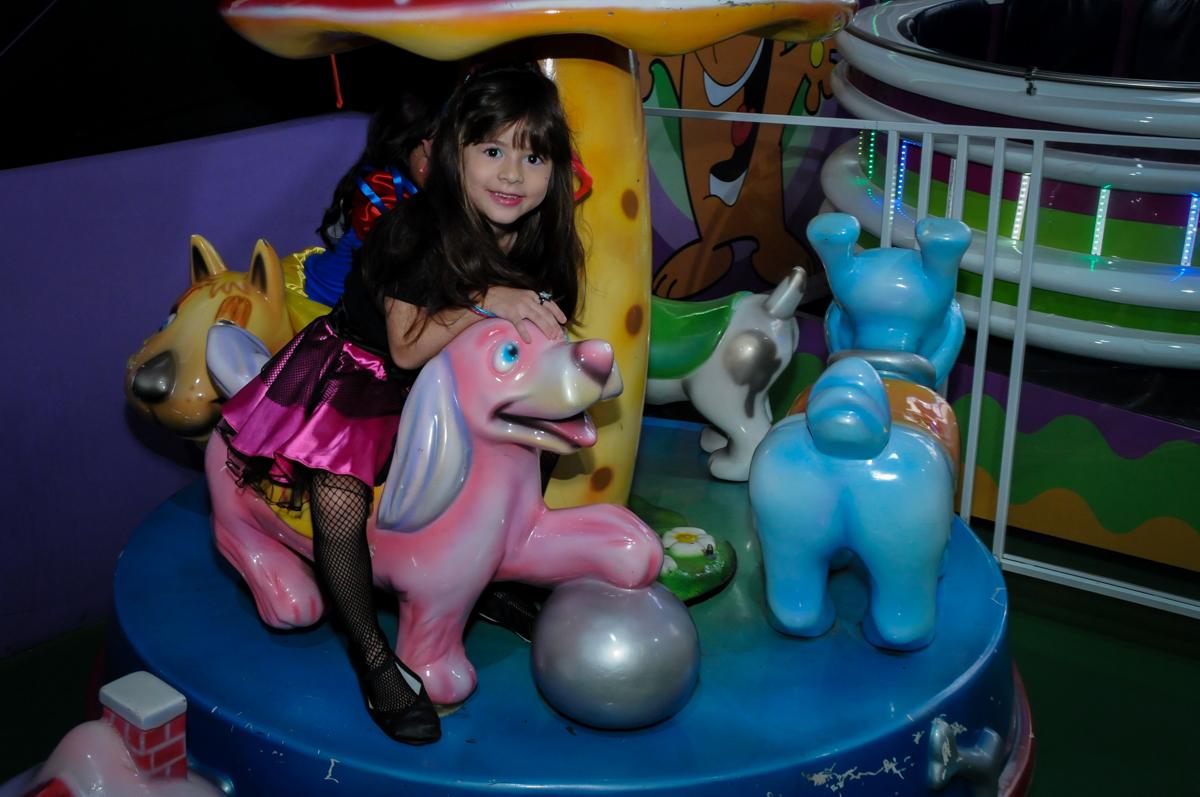 amiguinha também brinca no carrossel na Festa Raquel 5 anos no Buffet Balakatoon, Jabaquara, SP, tema da festa Monster High