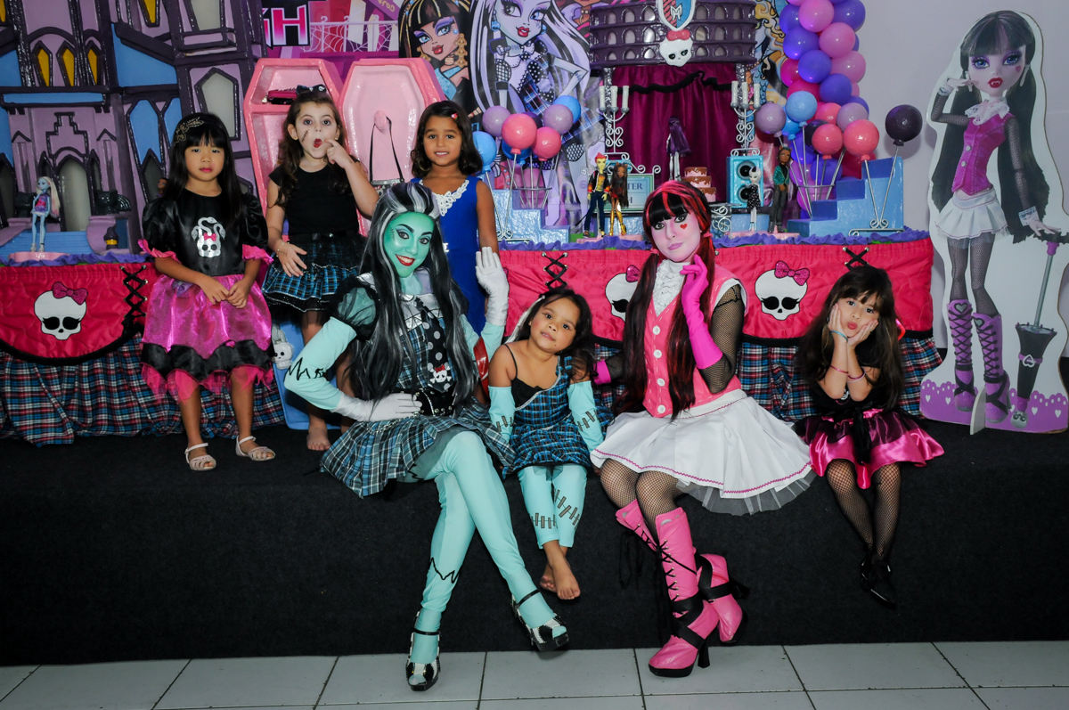 foto com as personagens do show das monster high na Festa Raquel 5 anos no Buffet Balakatoon, Jabaquara, SP, tema da festa Monster High