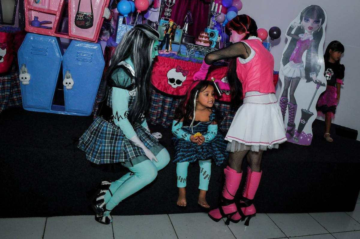 pintando o cabelo naFesta Raquel 5 anos no Buffet Balakatoon, Jabaquara, SP, tema da festa Monster High