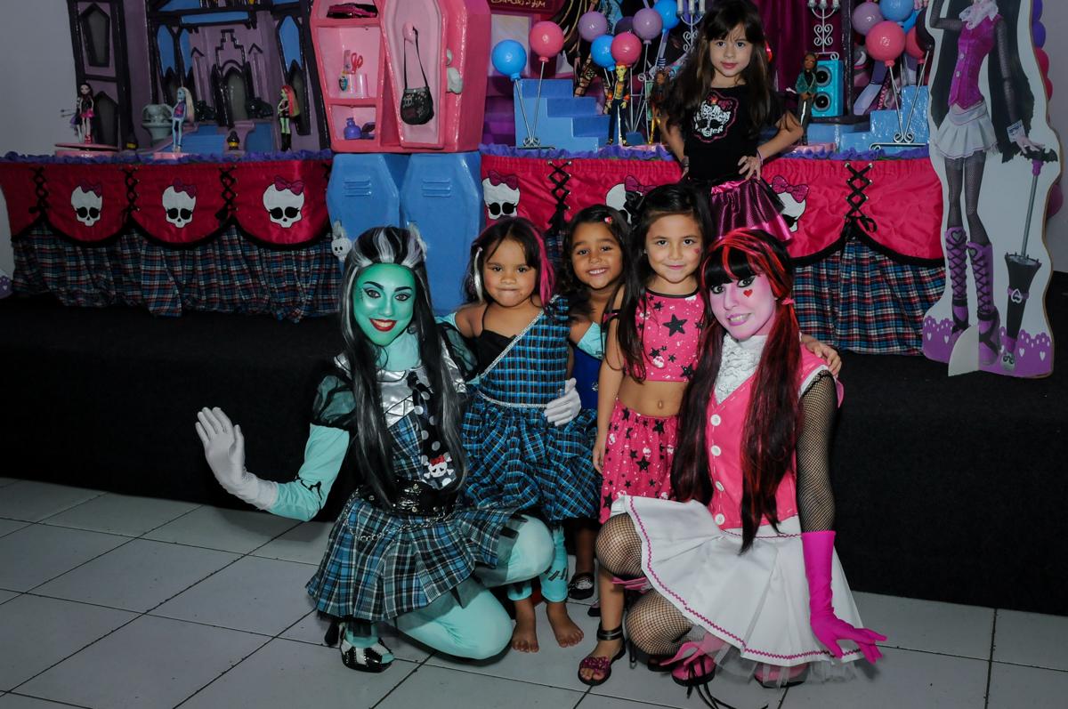 amiguinhas posam para a foto na Festa Raquel 5 anos no Buffet Balakatoon, Jabaquara, SP, tema da festa Monster High