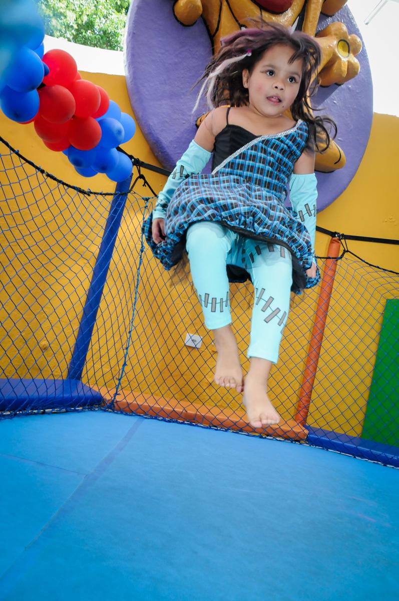 pulo bem alto na cama elástica na Festa Raquel 5 anos no Buffet Balakatoon, Jabaquara, SP, tema da festa Monster High