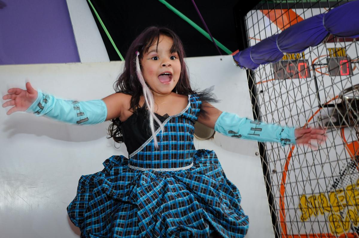 pulando na cama esástica na Festa Raquel 5 anos no Buffet Balakatoon, Jabaquara, SP, tema da festa Monster High