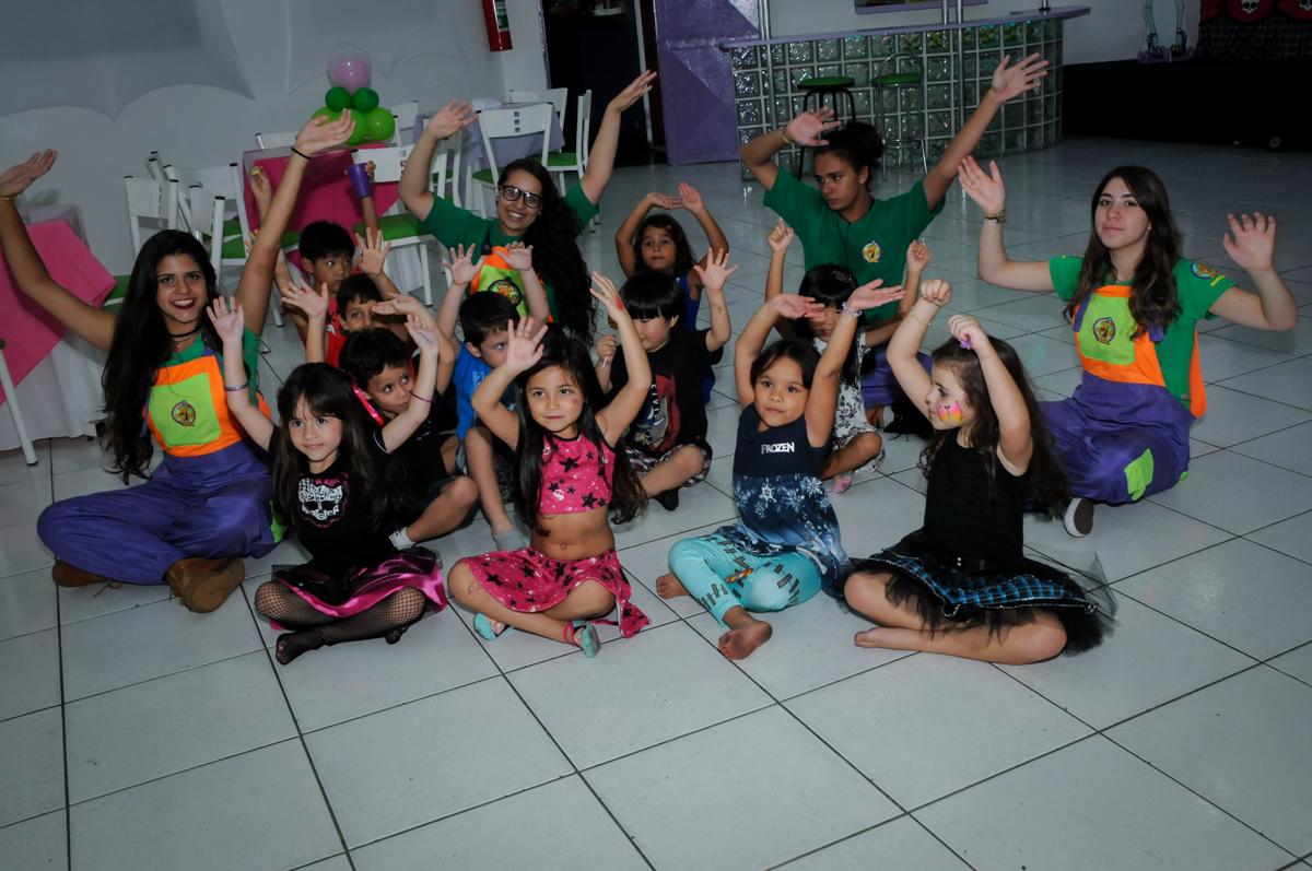 hora de brincar com os monitores na Festa Raquel 5 anos no Buffet Balakatoon, Jabaquara, SP, tema da festa Monster High