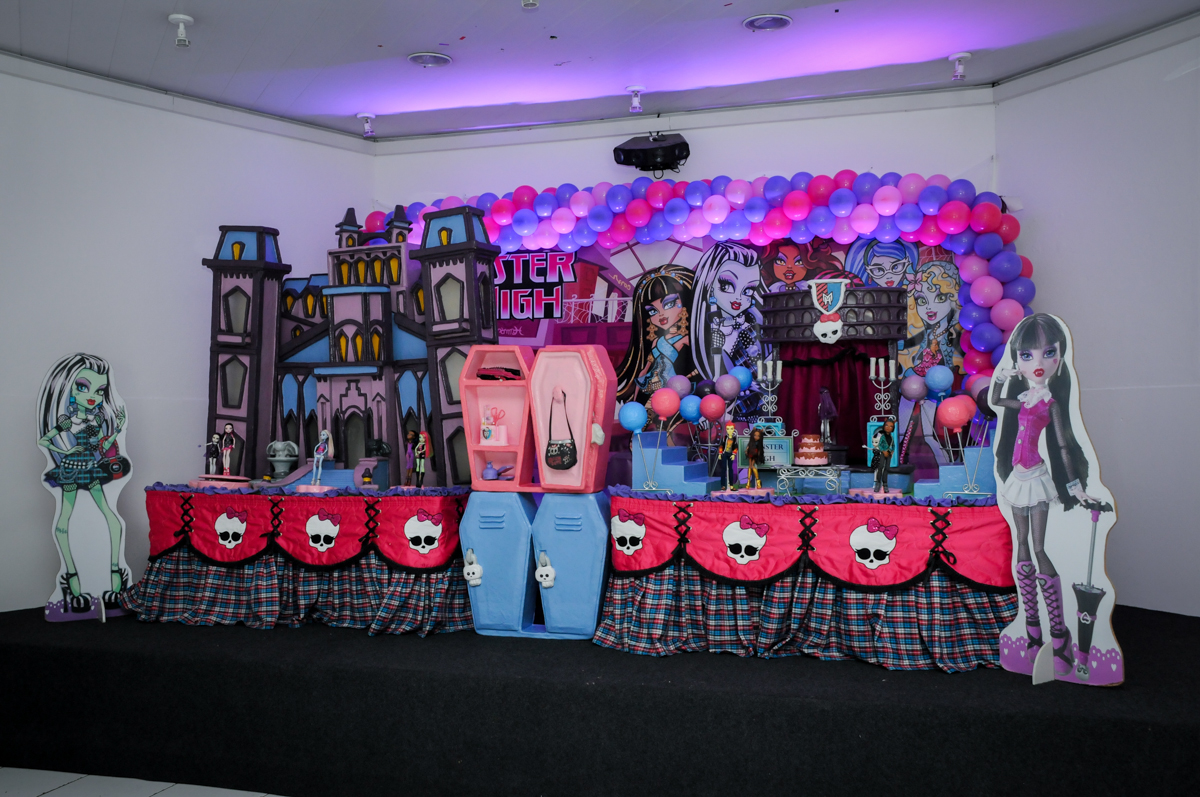 Mesa decorada na Festa Raquel 5 anos no Buffet Balakatoon, Jabaquara, SP, tema da festa Monster High