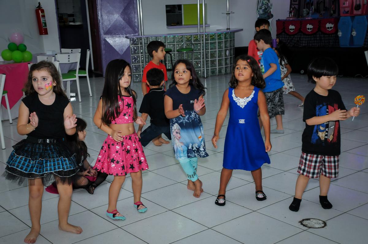 balada animada na Festa Raquel 5 anos no Buffet Balakatoon, Jabaquara, SP, tema da festa Monster High
