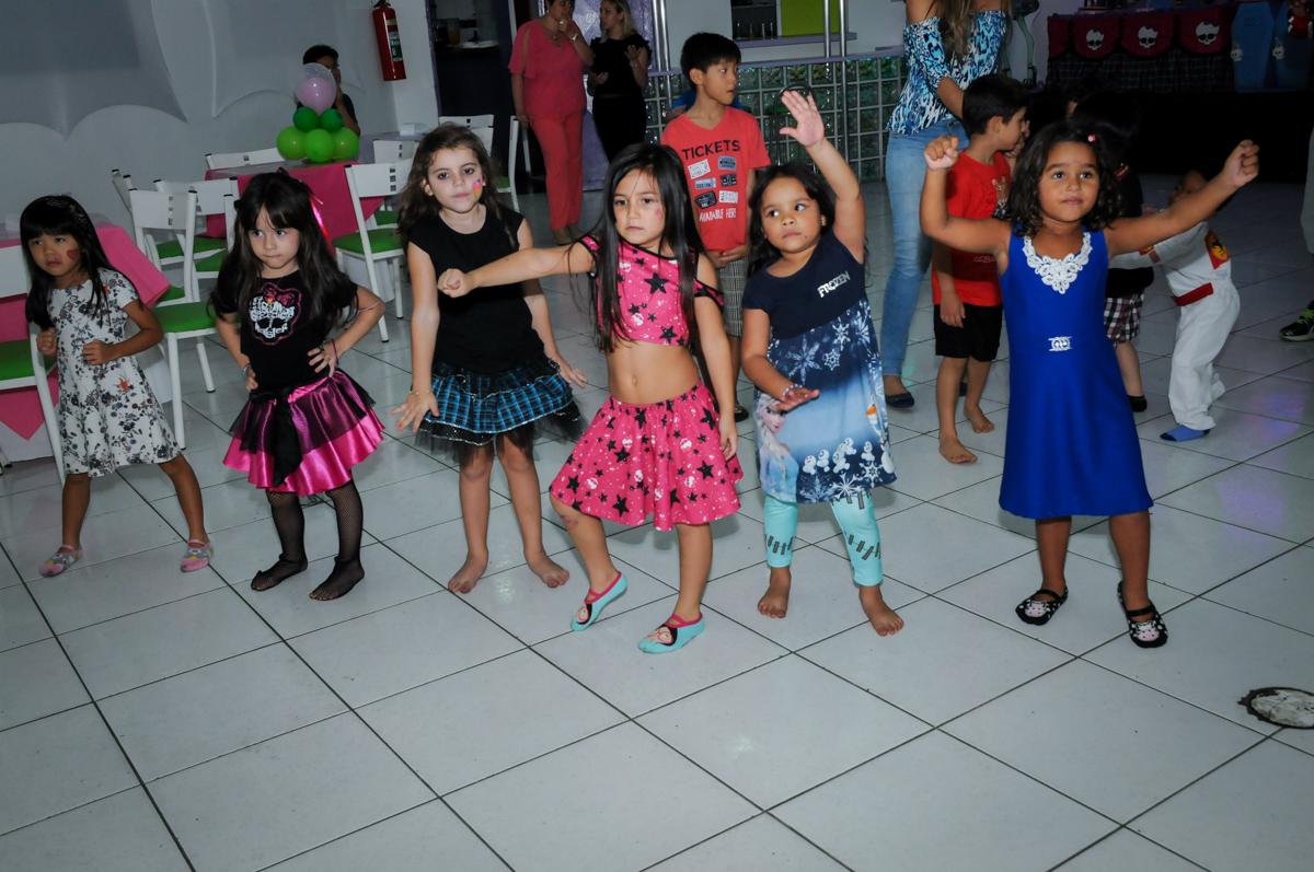 A balada continua na Festa Raquel 5 anos no Buffet Balakatoon, Jabaquara, SP, tema da festa Monster High